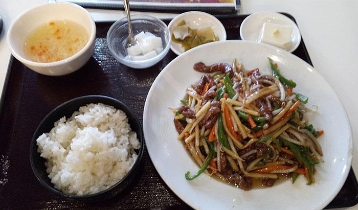 牛肉の細切り炒め定食(700円)