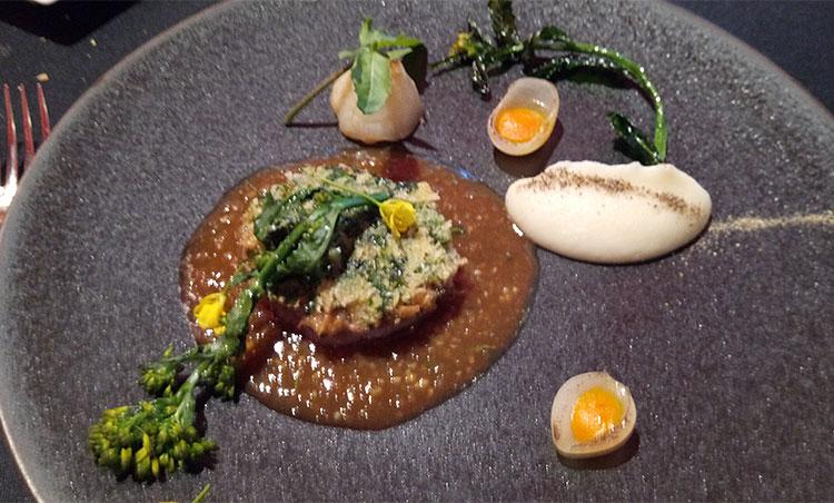 うすいファーム小杉さんが育てた「あつぎ豚」の木の芽パン粉焼き 鈴木裕章さんの湘南ゴールドと生姜のソース
