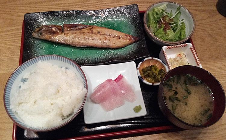 天然ブリ刺身とサバ炭火焼定食(880円)