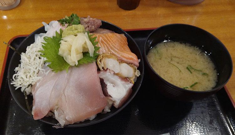 海鮮10種丼(880円)