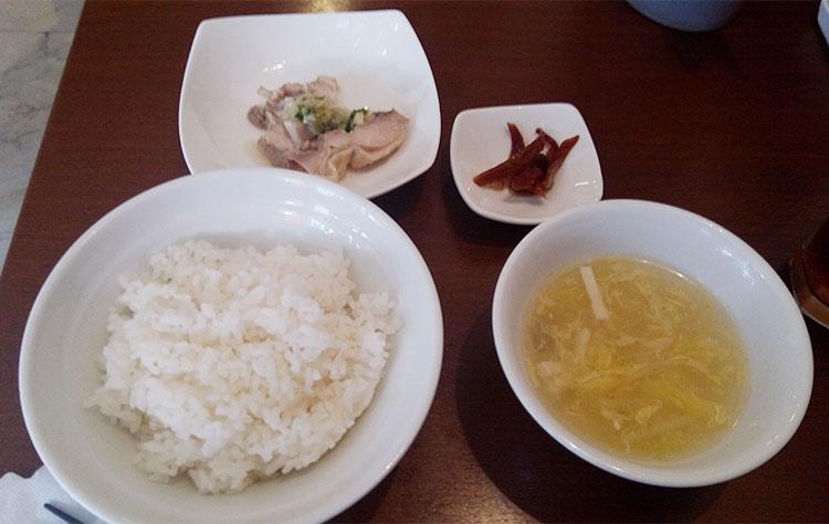 ご飯・スープ・漬物・鶏のネギソース