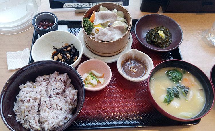野菜のせいろ蒸しと野菜の麦みそ汁定食(890円)