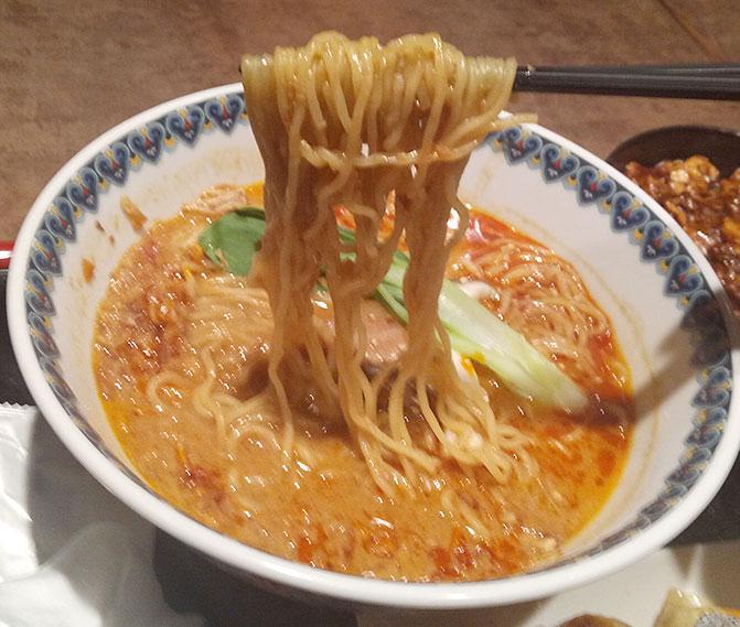 担々麺(800円)