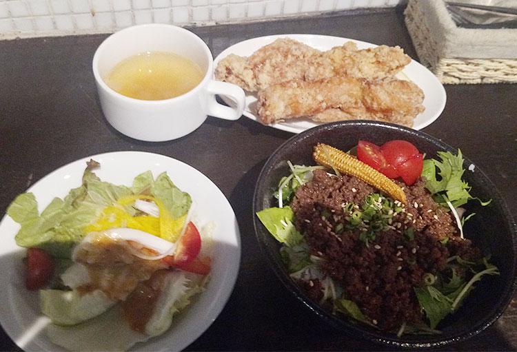 エゾ鹿のミニそぼろ丼と鶏ザンギのセット(1,000円)