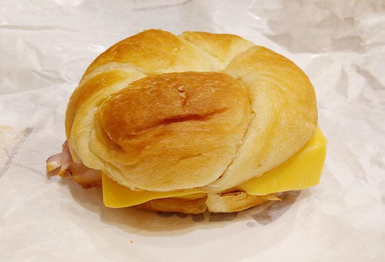 スモーキーベーコンエッグチーズ クロワッサンドイッチ