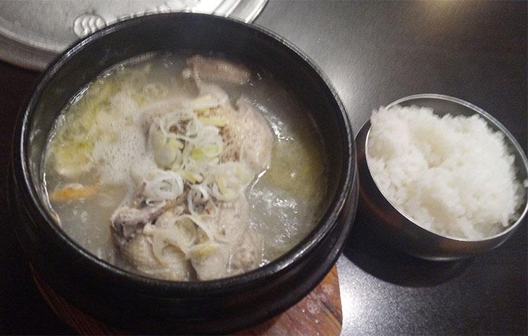 参鶏湯[さむげたん][半羽](900円)