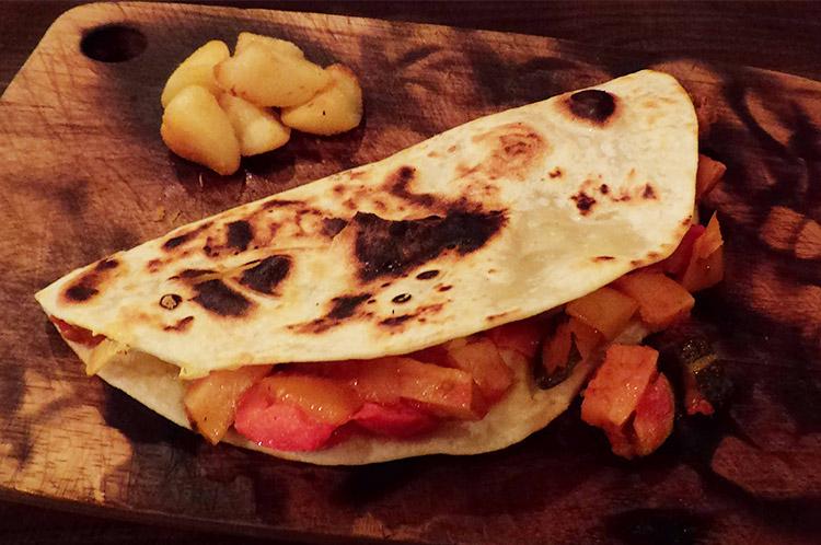ピアディーナ(季節野菜のトマト煮とソフトチーズ)
