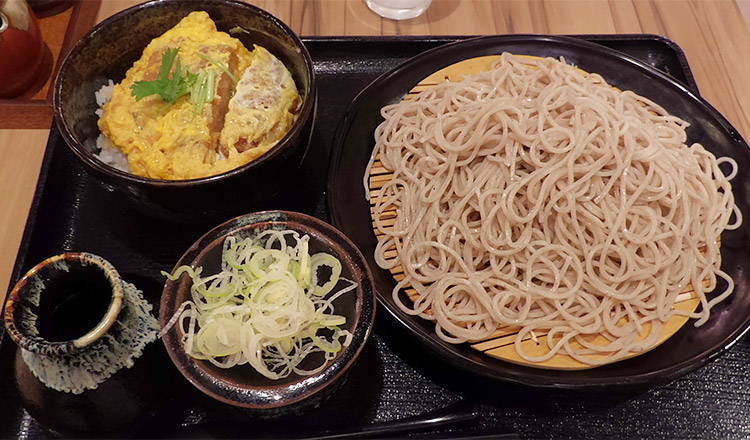 「ミニカツ丼セット(780円)」の「大盛り(100円)」