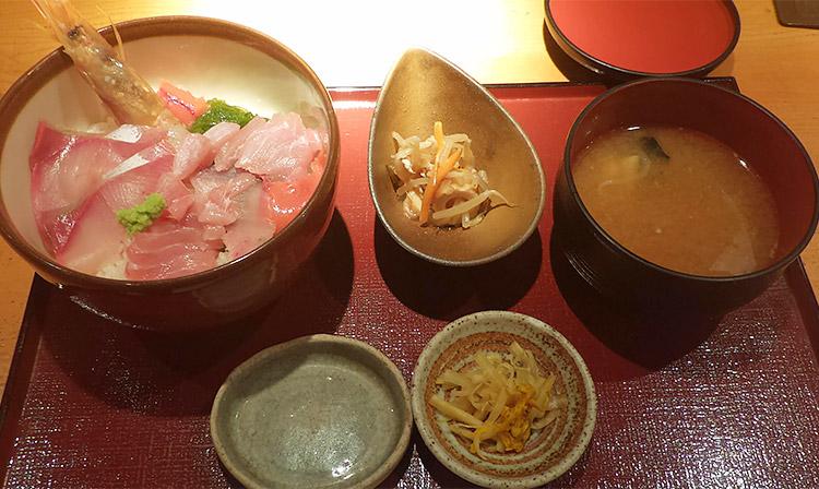 海鮮五種丼と鮮魚あら汁(950円)