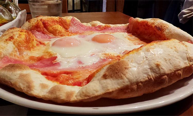 ベーコンと半熟卵のピッツァ ビスマルク風