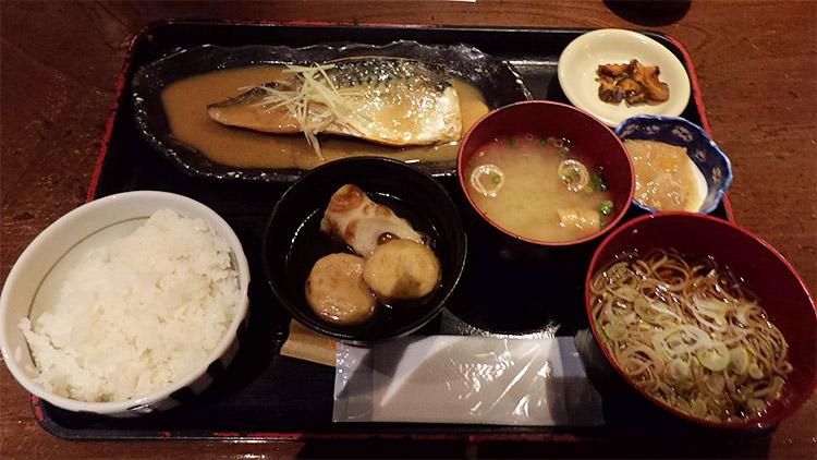 「サバ味噌定食(850円)」と「小そば(100円)」