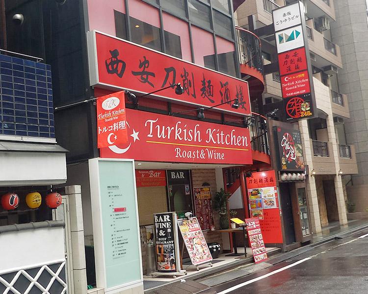 「西安刀削麺酒楼 赤坂店(せいあんとうしゅうめんしゅろう)」で「坦々刀削麺(850円)」と「高菜のせご飯(200円)」のランチ