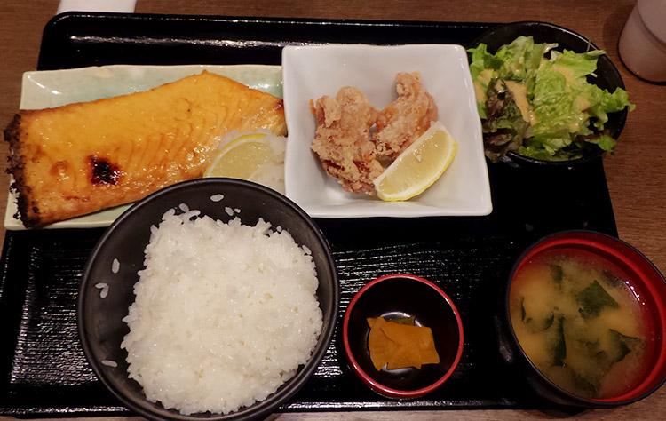 「鮭ハラス焼き定食(650円)」と「鶏の唐揚げ(100円)」
