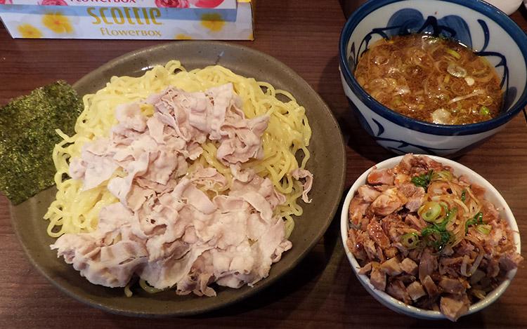 「豚しゃぶつけ麺[大](800円)」と「チャーシュー丼(200円)」