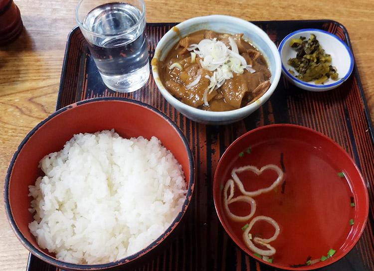 牛モツにこみ定食(600円)