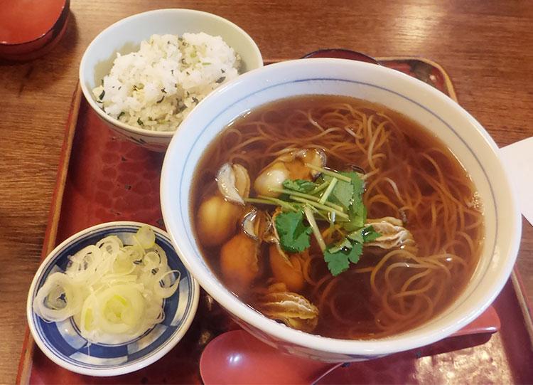 「牡蠣蕎麦(1,300円)」と「日替わりご飯(250円)」