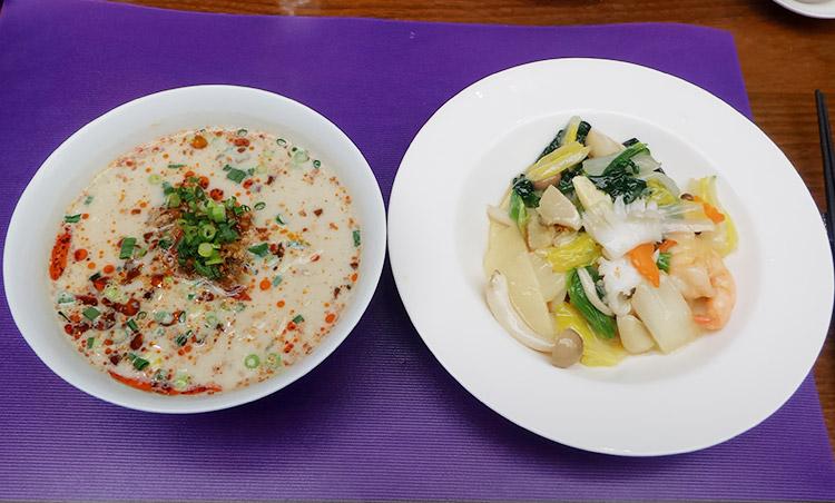 定番の麺とご飯のハーフ&ハーフ(1,500円)