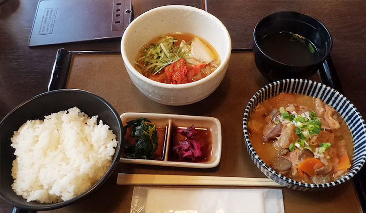 「もつ煮定食(880円)」と「冷麺ハーフ(350円)」