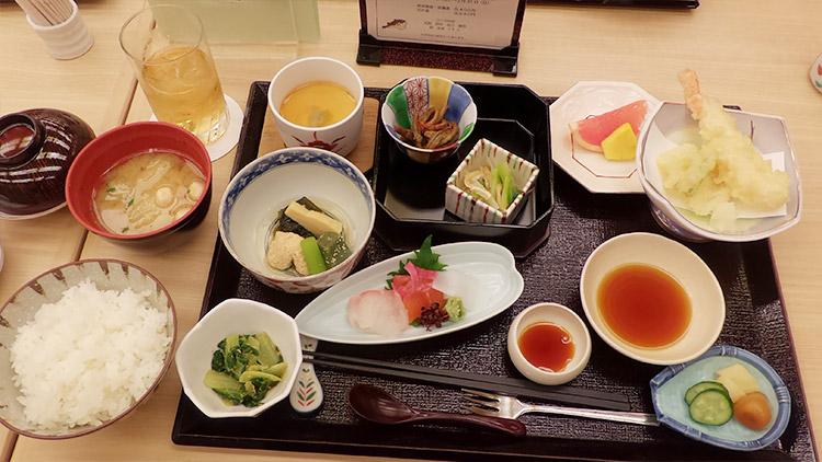 赤坂膳(1,080円)