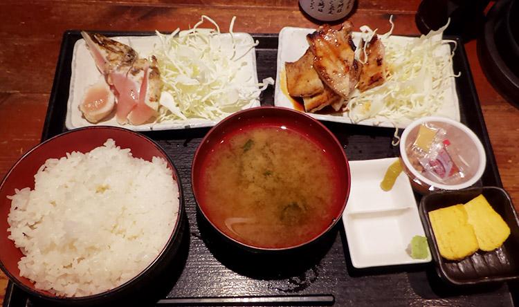 大山鶏の刺身ステーキ & 厚切り豚バラカルビ(950円)
