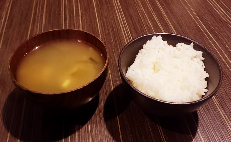 名物 炭火焼鳥甘辛煮(900円) と クリームコロッケ(100円)