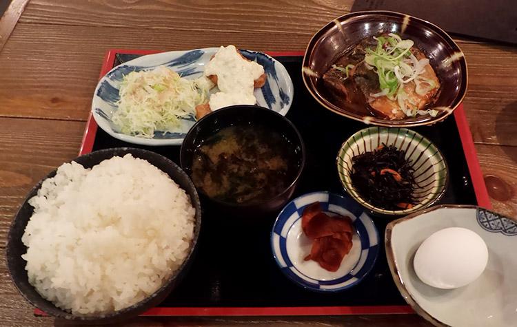 真鯖味噌煮とチキン南蛮定食(990円)