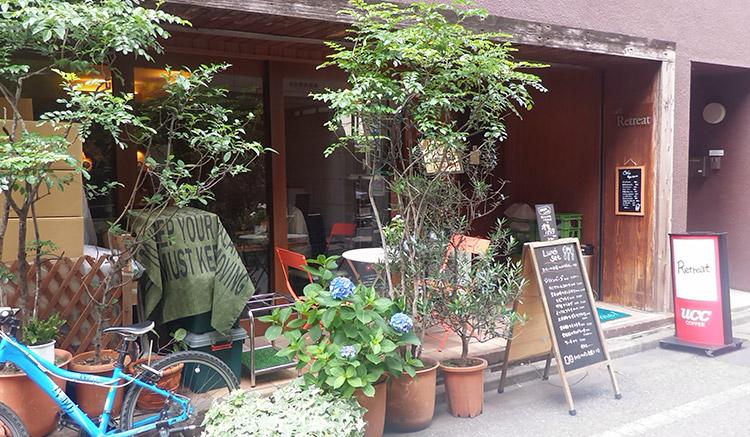 「カフェ リトリート (Cafe' Retreat)」で「ハンバーグ&エビフライ(1,400円)」のランチ