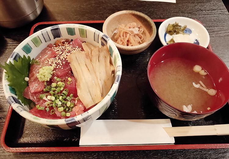 「魚と旬の料理 まる」で「づけ鮪と煮穴子丼(850円)」のランチ
