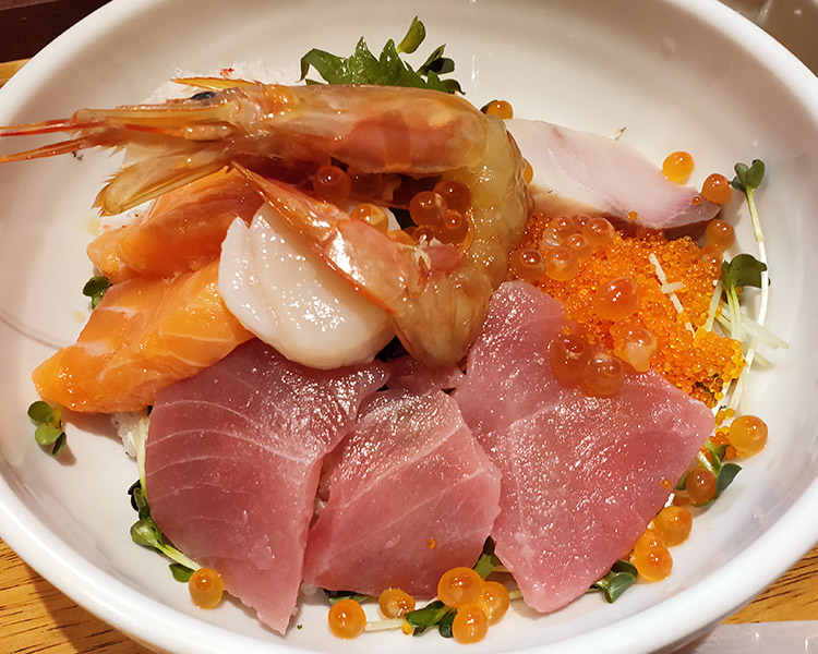 「魚と野菜のうまい店 伸信-NOBU-」で「海鮮丼(1,000円)」のランチ